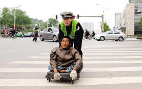 """南京""""最帅交警""""五年如一日送残疾人过街"""