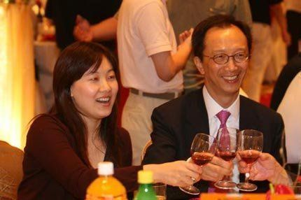伏明霞与老公一起出席活动