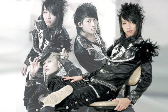 11月6日,越南90后歌坛组合HKT在中国开通微博,并上传了一张宣传照和多首用越南语翻唱的中国歌曲MV,令人意想不到的是,他们一周之内就红遍了大江南北。