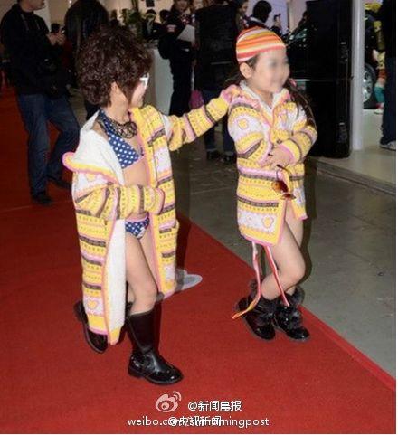 图为汽车文化节上和成年模特一起亮相的童模。图来源武汉晚报
