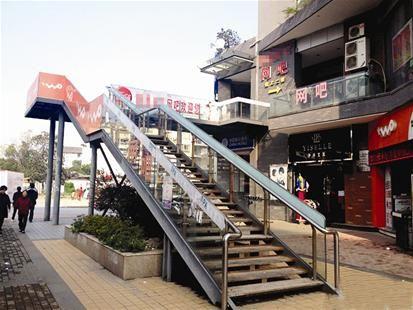 武汉街头网吧霸气楼梯造型如过街天桥