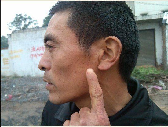 荆州区劳动监察办公室内 老板掌掴讨薪农民工