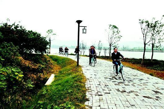图为游客在后官湖绿道上骑车游览。(新闻研修班学员 刘卫东 彭兵虎 摄)