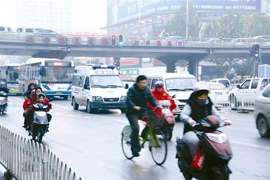 图为:汉口新华路,一辆救护车驶往协和医院,一路少有车辆让行