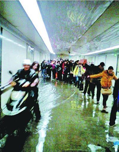 图为雨后渍水的地下通道。 图片来自网友微博