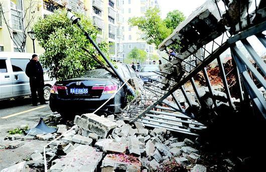 围墙深夜倒塌砸中3辆车