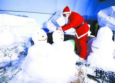 武汉极地海洋世界饲养员卖萌堆雪人
