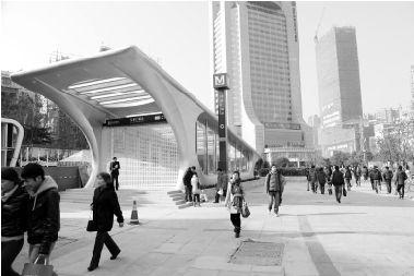 地铁2号线光谷广场站C出入口周边。实习记者 徐楚云 摄