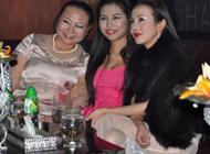 干露露透明白裙现性感内裤 母女三人亮相苏州酒吧