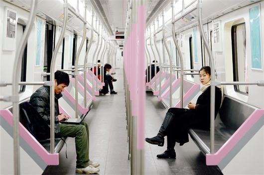 图为:27日开始就有许多市民前来尝鲜,感受地铁2号线 记者朱熹勇摄