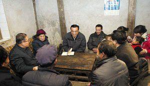 李克强到村民家中座谈,和村民合影,察看坡上的玉米地,新华社都通过微博做了直播。