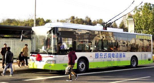 昨日,国内首创即充式纯电动车在武汉电8上线示范运营,市民尝鲜。本报记者 孙辰 通讯员 张煦 摄