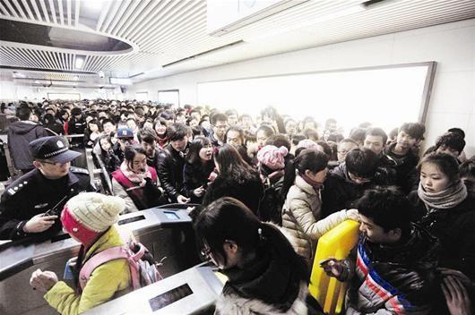 图为:放假带动地铁客流再创高峰 记者李辉摄