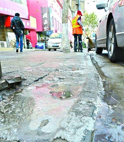 图文:江城气温降至最低-5.5℃ 地面积水成冰