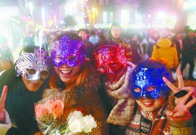 新年伊始,江汉路步行街愈夜愈美丽。地铁开通后,更多来自江南的青年学生涌入江汉路步行街,在时尚的街道上挥洒青春的活力记者高宝燕 摄