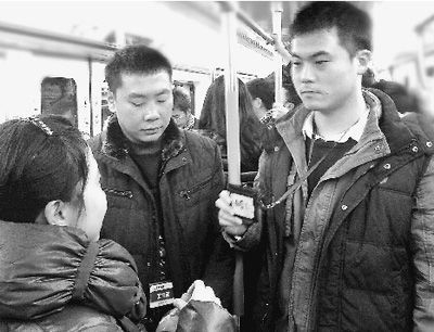 王翔(右一)和黄亚辉在地铁上执法。本报记者 付 文摄