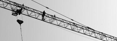 工人李师傅爬上塔吊讨工钱。记者杨涛 摄