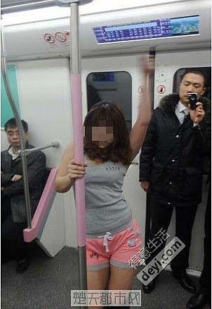 网传妙龄少女武汉地铁大跳钢管舞(图片来源网络)