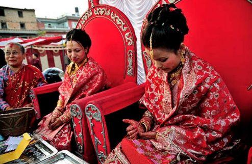 尼泊尔奇异婚俗 宾客喝新人洗脚水