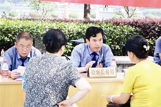 楚天都市报讯 图为:黄国涛在工作中