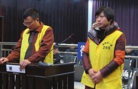 2012年12月10日,湖南衡阳市中级人民法院,顾湘陵(左)和妻子吴利君接受庭审。