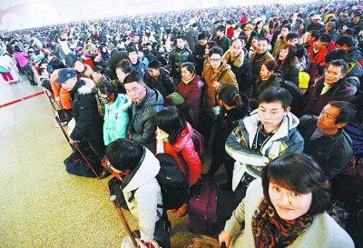 昨天,在汉口火车站,前往宜昌的王琪雅女士(右前一)在排队候车。当日,汉口火车站共发送旅客5.6万人。记者金思柳 摄