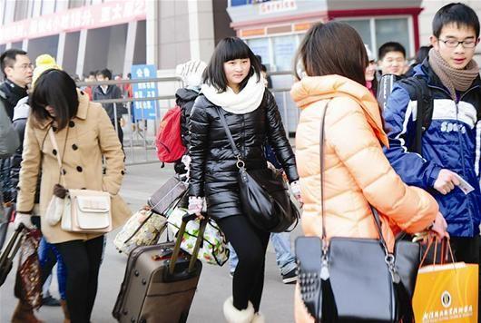 前日武昌火车站客流量激增,多为学生和提前返乡的人。 记者李辉摄