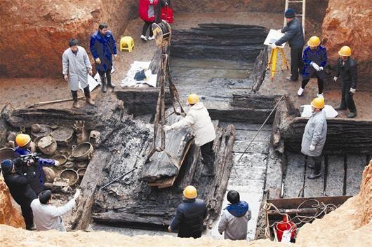 图为:考古人员正在清理古墓