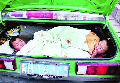 男子全家买不到卧铺票 无奈将2名9岁孩子塞汽车后备箱