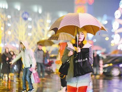 前夜,细雨洒向武汉三镇,给夜行的人们带来了一丝寒意。记者李辉摄