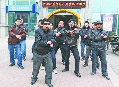 为了讨薪,农民工吕师傅带着工友跳起了江南Style。记者杨涛 摄