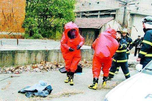 废旧制冰厂房氨气泄漏 消防战士着防化服排险