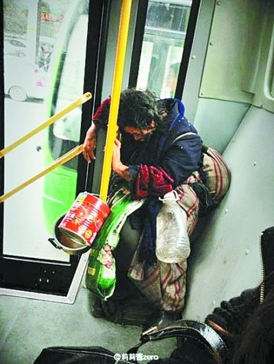 怕弄脏座位,拾荒婆婆坐在冰凉的地上打盹 怕中途上车的朋友没座位,占座君从起点就开始占座