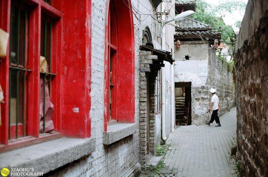 新浪旅游配图:宜昌老建筑的窗户和小巷 摄影 小虎同学