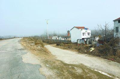 区人民医院到畈上湾的路程只有5公里,道路也较平坦。记者杨涛 摄
