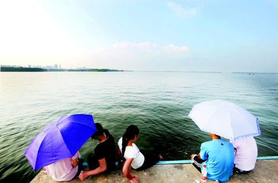 图为:青山绿水,蓝天白云,这才是人们心目中的美丽家园(资料图片) (记者邹斌 实习生葛宇飞摄)