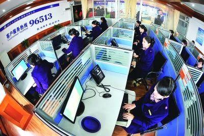 新开通的省客96513客服热线工作人员正在解答旅客的各种咨询。记者詹松 摄