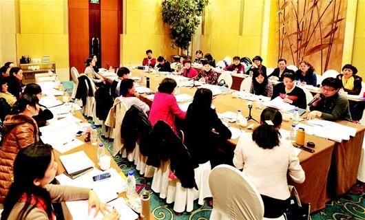 湖北日报讯 图为:妇女联合会界别委员们热议农村留守妇女现象。(记者陈迹 摄)