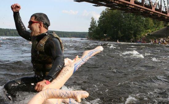 俄罗斯圣彼得堡充气娃娃游泳大赛