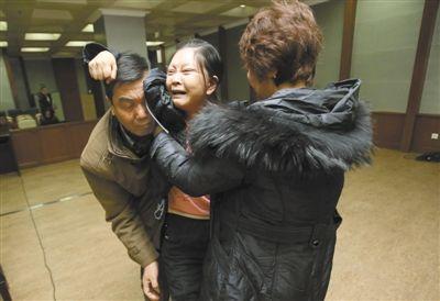 昨日,涉嫌劫杀女歌手的快递员张昆鹏在法庭上受审。