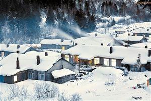 整个村庄躺在雪中。