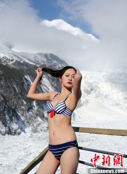 图为海拔3600米的贡嘎雪山上佳丽比基尼秀身材。刘忠俊 摄