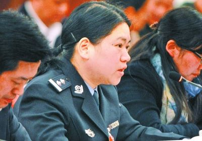 省人大代表王群在武汉代表团分组会议上发言。记者金振强 摄