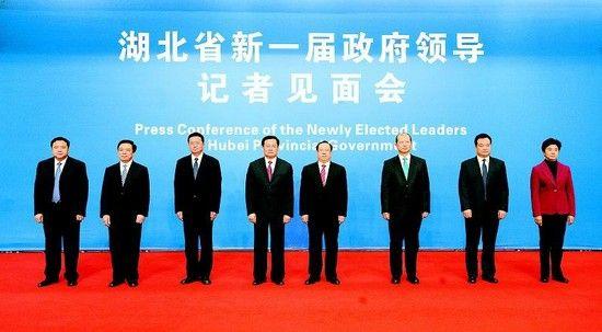 28日上午11时,新当选的省长王国生(左四)与副省长王晓东(右四)、郭生练(左三)、张通(右三)、郭有明(左二)、王君正(右二)、许克振(左一)、梁惠玲(右一)参加媒体见面会。 (记者 杨平 摄)