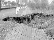 扬州路面塌陷现200�O大坑 仍有继续塌陷可能