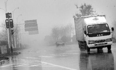 12年2月22日,武汉市东西湖区五环大道与径河路交会路口,一辆货车加速闯过红灯。