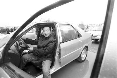 出租车司机接过新的爱丽舍出租车准备上路营运。记者金振强 摄