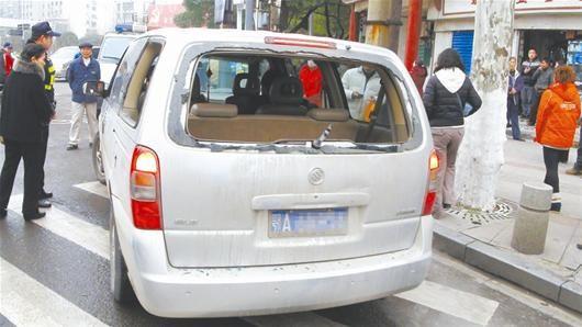 车后窗被砸破