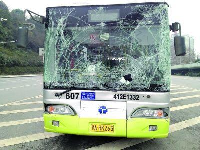 607路车头被撞凹陷下去 王平摄