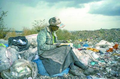 当代热点类单幅一等奖,美国摄影师迈卡·阿尔伯特于2012年4月3日在肯尼亚内罗毕拍摄的拾荒者